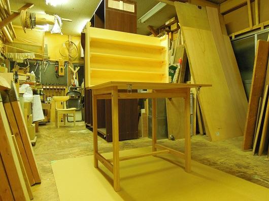 毛糸を紡ぐ作家のための 組み立て式移動展示台